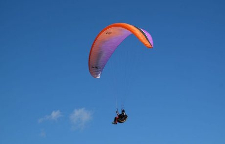 Paragliding_over_sea_cliffs