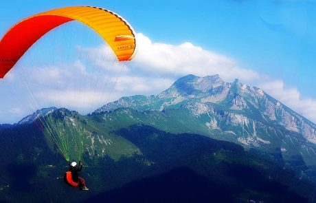 paragliding-in-the-mountains